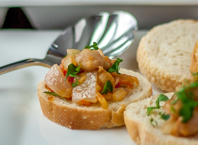 Tapa de gabanzos y cebolla. A simple healthy Spanish dish. | Ethnicspoon.com