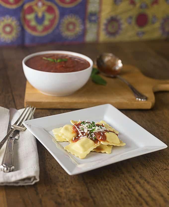 A quick and easy marinara sauce recipe. | ethnicspoon.com