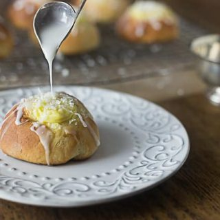 Skolleboller buns: Norwegian sweet rolls with vanilla custard filling and chopped coconut flakes. Delicious!  ethnicspoon.com