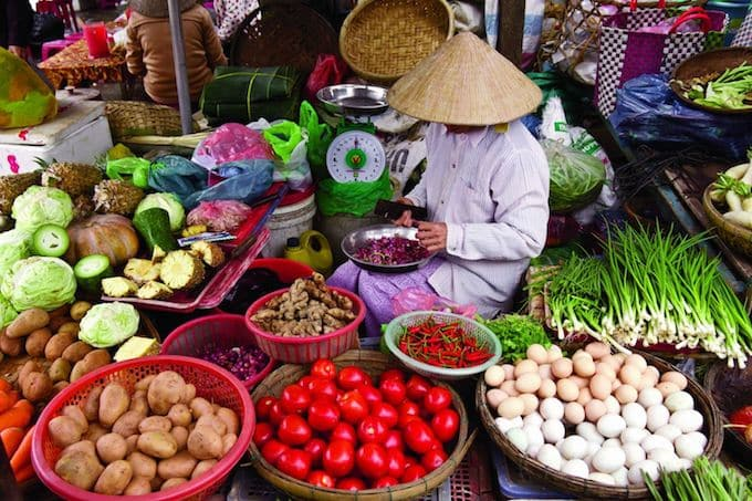 Selecting fresh fruits and vegetables sold in Hanoi markets are a great start to a cooking class. | ethnicspoon.com