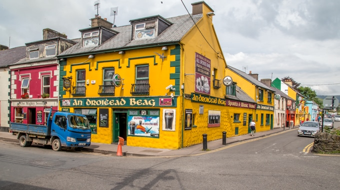 Stop in for pint and some good Irish music at An Droichead Beag in Dingle Ireleand! | ethnicspoon.com