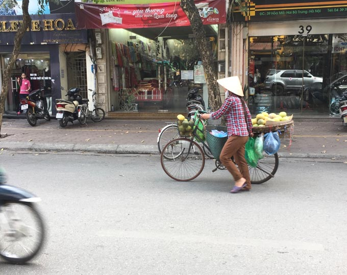 Fruit seller on Hanoi street. | ethnicspoon.com